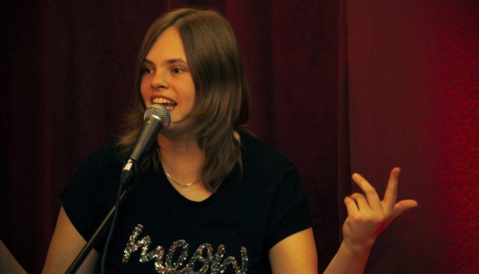 Steinbick Akustik Duo - Jenny beim Ankündigen des nächsten Songs